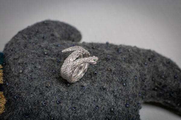 Готическое кольцо-змея