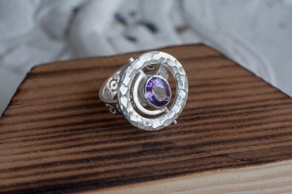 Необычное кольцо с аметистом