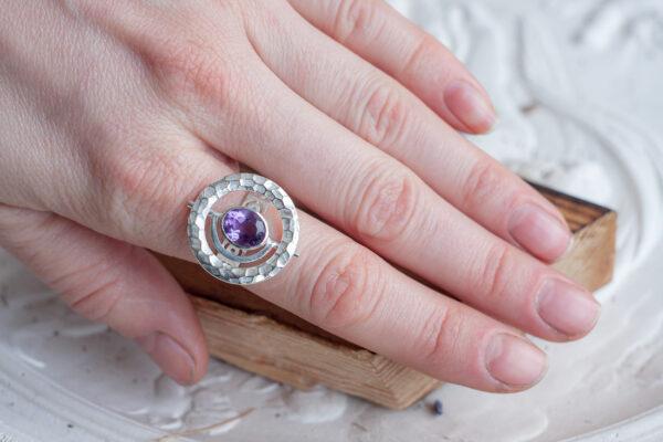 Крупное кольцо с аметистом