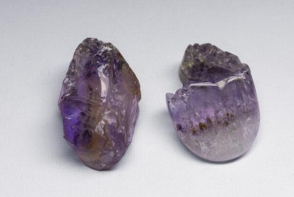 Слева натуральный минерал Аметрина, справа искусственный Аметист