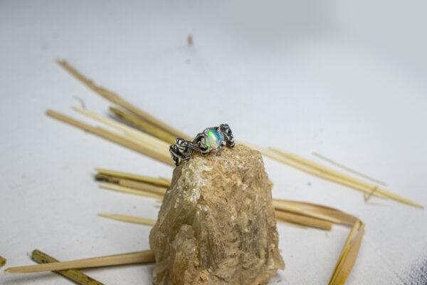 Помолвочное кольцо с эфиопским опалом