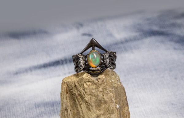 Серебряное кольцо с опалом и месяцами
