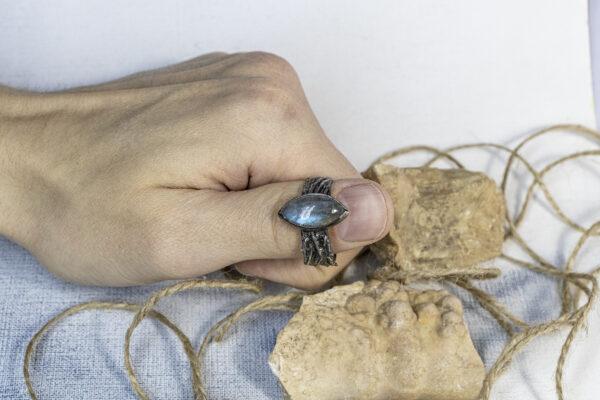 Крупное кольцо с лабрадоритом