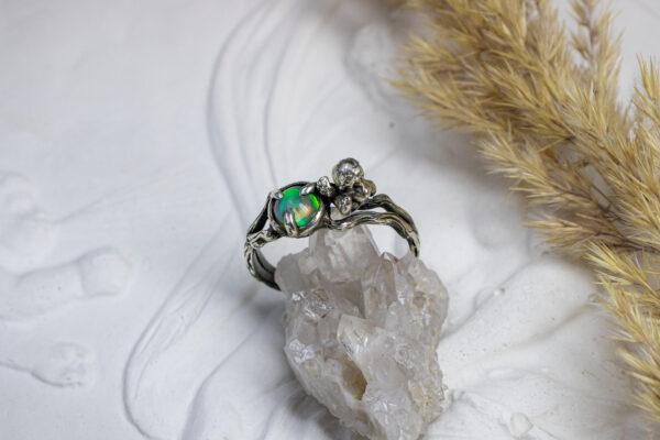 Серебряное кольцо с опалом и ангелом