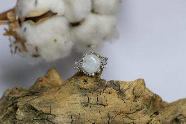 Кольцо с белым лунным камнем