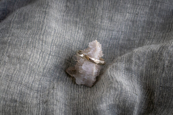 Минималистичное золотое кольцо