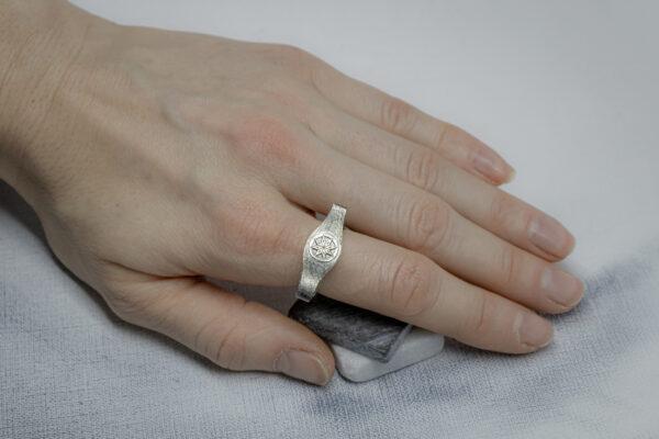 Необычное кольцо с символами