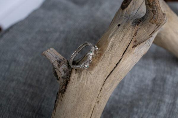 Эльфийское золотое кольцо с изумрудами