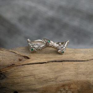 Кольцо из белого золота с изумрудами