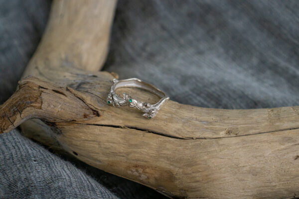 Кольцо-веточка с природными изумрудами