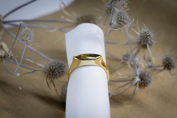 Минималистичное кольцо с сапфиром