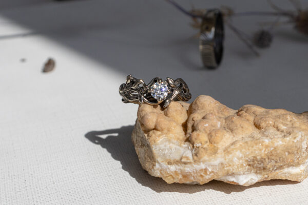 Кольцо из белого золота с муассанитом